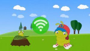 Eine Raupe mit blauen Haaren und einer roten Mütze befindet sich auf einer Wiese neben einer Laus auf einem Blatt. Im Hintergrund sind Bäume und Wolken.