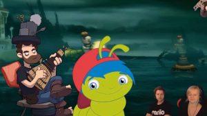 Eine Raupe mit blauen Haaren befindet sich vor einem Hintergrund, auf dem Meer und eine Comicfigur zu sehen ist, die ein Saiteninstrument spielt.