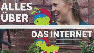"""Eine Raupe mit blauen Haaren und eine Frau mit blonden Haaren befinden sich vor einer Mauer. Darüber steht der Satz: """"Alles über das Internet""""."""